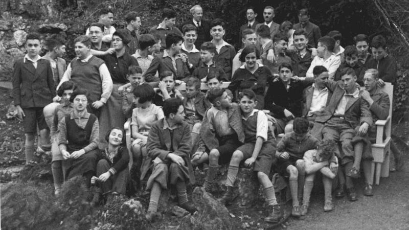 Schülerfoto aus den dreißiger Jahren mit Hermann Hirsch im Hintergrund